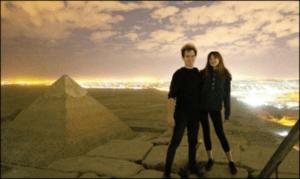 ピラミッド頂上で性行為するカップル